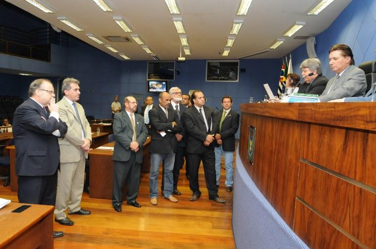 Prefeito veta três projetos aprovados pela Câmara