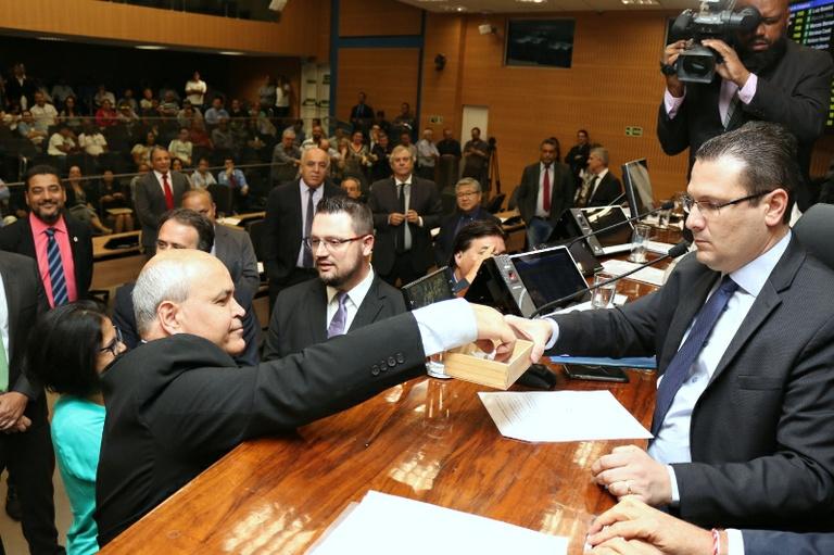 Com aprovação de todos os 32 vereadores presentes, Câmara cria Comissão Processante para apurar  responsabilidade do prefeito Jonas no caso Ouro Verde