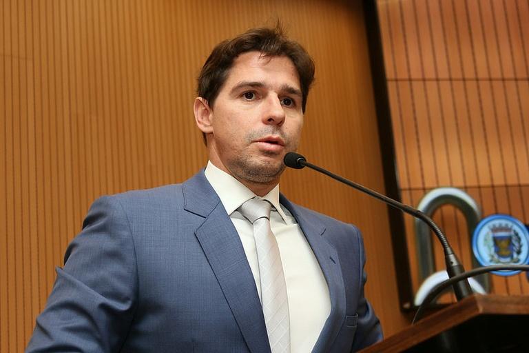 Marcelo Silva entrega Diploma de Mérito Jurídico a professor da PUC nesta terça-feira (12)