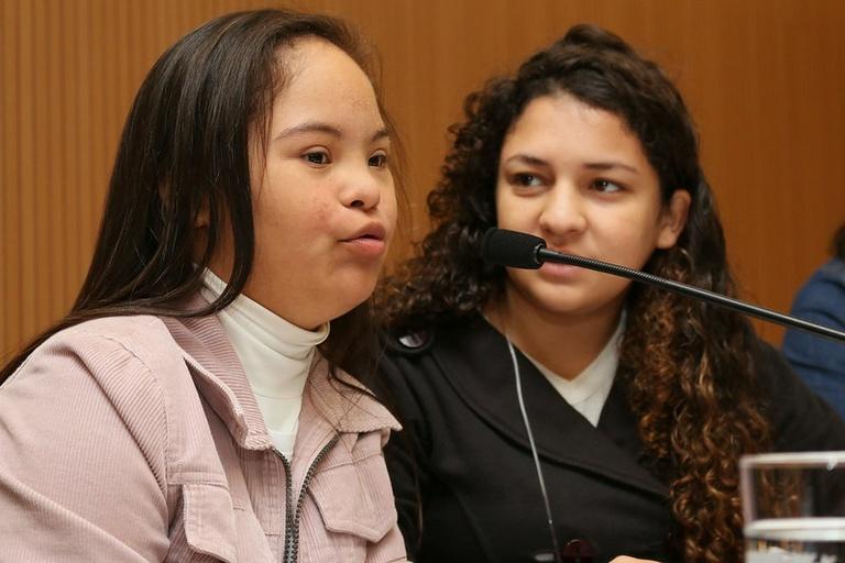 Com votos de vereadora-estudante Down e vereador-estudante autista, Parlamento Jovem aprova três projetos sobre inclusão