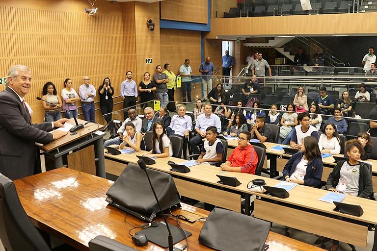 Parlamento Jovem: vereadores-estudantes conhecem padrinhos e madrinha; participação feminina bate recorde no PJ, que também teve cinco reeleitos