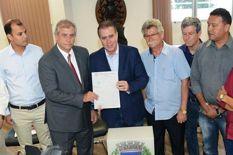 Programa 'Mais Médicos Campineiro' é entregue na Câmara e Bernardelli assume compromisso de acelerar a tramitação do projeto que prevê a contratação de profissionais para a saúde
