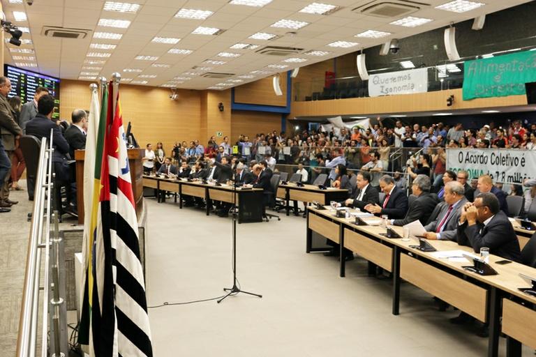 Vereadores aprovam projetos que formalizam acordo trabalhista entre Câmara e servidores, que irá gerar economia de R$ 4,4 milhões em 2019 e de pelo menos R$ 38 milhões em dez anos