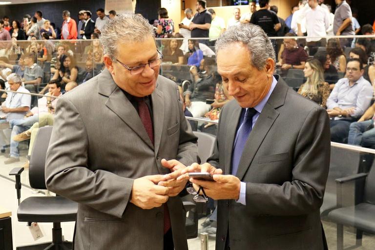 Luiz Rossini e Carmo Luiz entregam Diploma de Mérito Médico a oftalmologistas ligados ao Instituto Penido Burnier